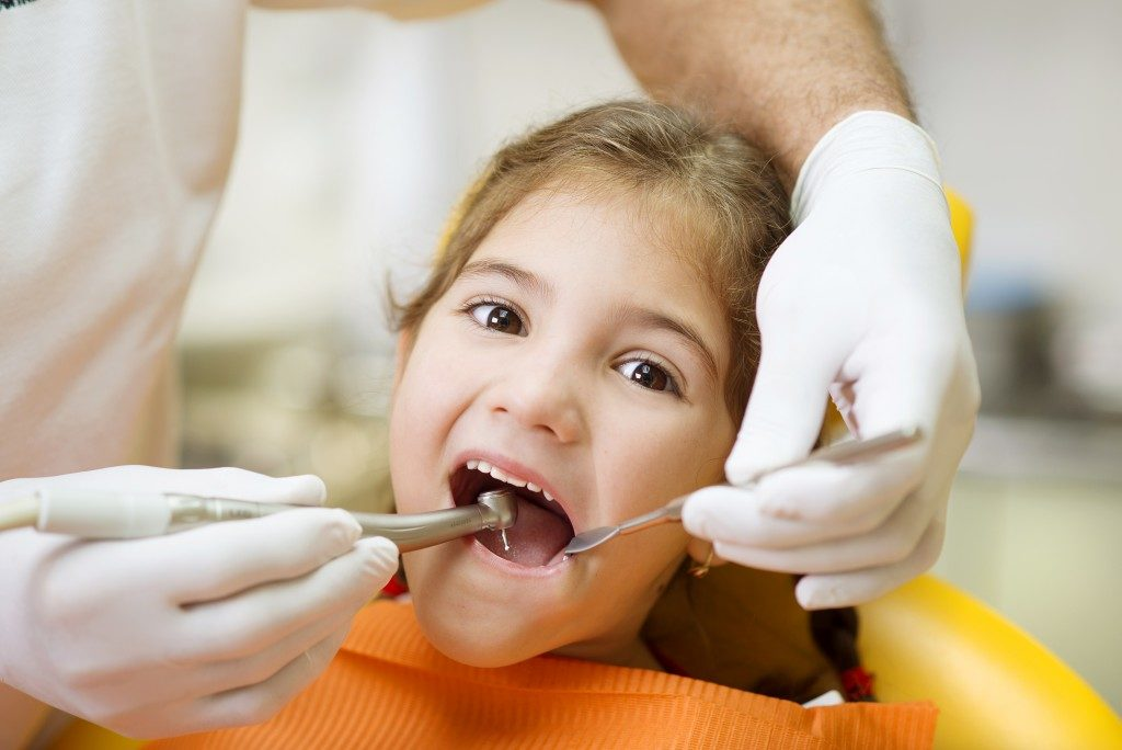 Dentist checking the teeth of the kid