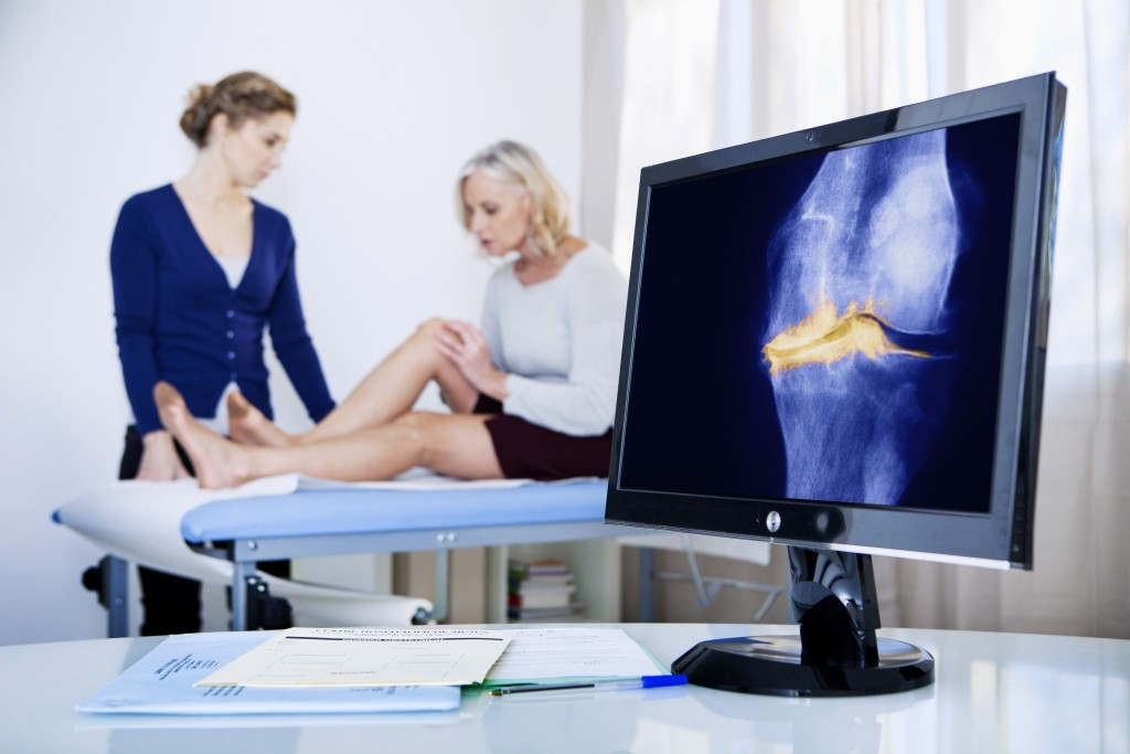 woman having a knee xray